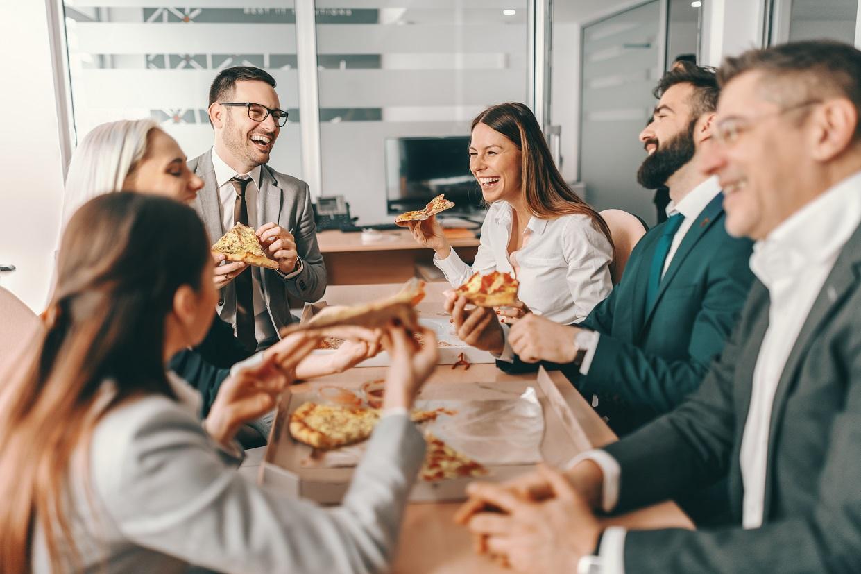 Eine Gruppe Arbeitskollegen beim Mittagsessen.